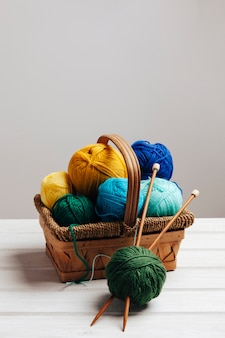 Различные шерстяные шарики в корзине