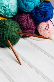 Vari sfere e aghi di lana
