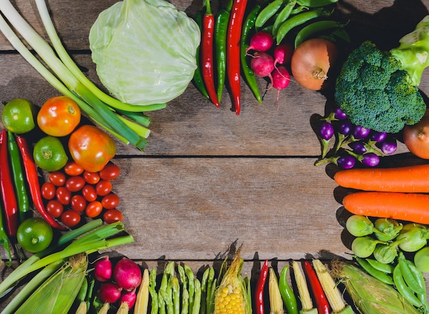 生鮮食品のおいしいと健康的なvaris野菜の背景は木製のテーブル