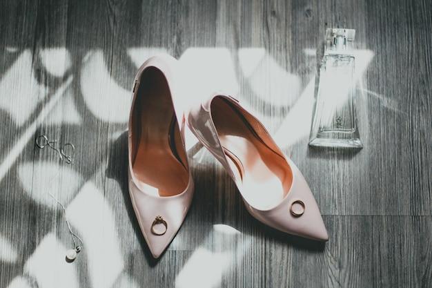Лакируйте высокие каблуки пыльно-розовыми свадебными туфлями.