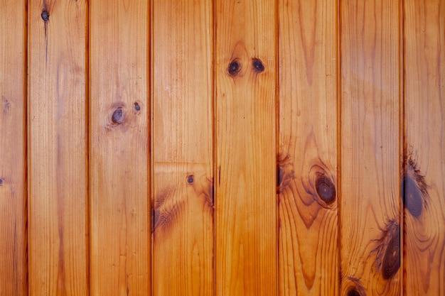 Лакированная деревянная стена из вертикальных досок