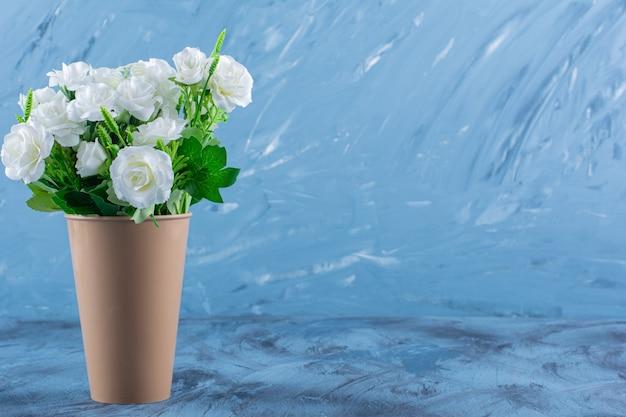 青の美しい白いバラの花の花瓶