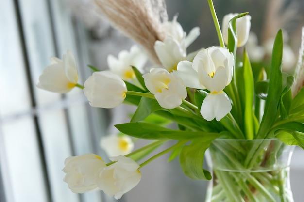 흰색 튤립 꽃다발이 있는 꽃병