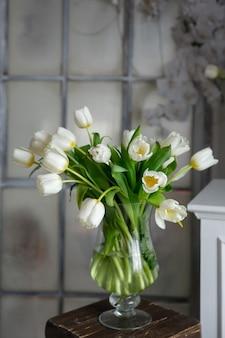 Ваза с букетом цветов белые тюльпаны