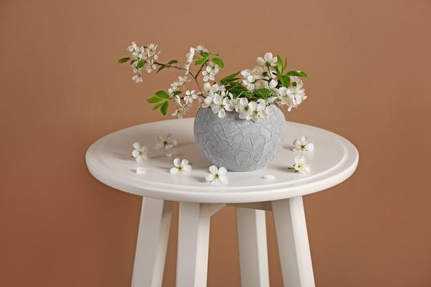 テーブルの上に美しい花の枝を持つ花瓶