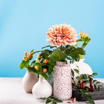 ライトテーブルに美しい菊の花と花瓶