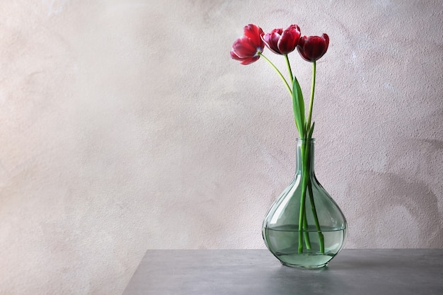 テーブルの上に美しいチューリップの花瓶