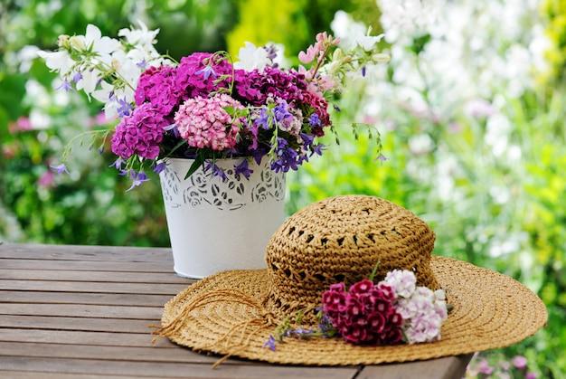 꽃과 여성 모자 꽃병