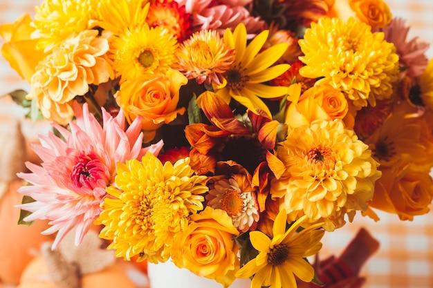 キッチンのテーブルの上に花が付いている花瓶
