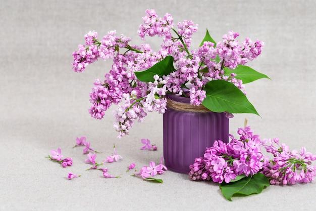 천으로 복사 공간와 라일락 꽃 꽃병. 라일락 꽃