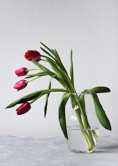 赤とピンクのチューリップの花瓶