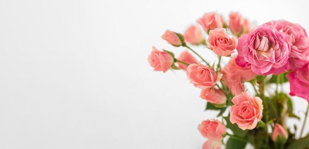 Vaso con rose sullo spazio della copia della tabella