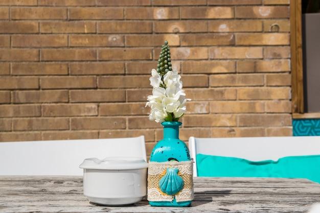 夏のカフェのテーブルの上の花と花瓶。