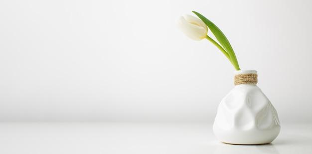 机の上にチューリップの花瓶