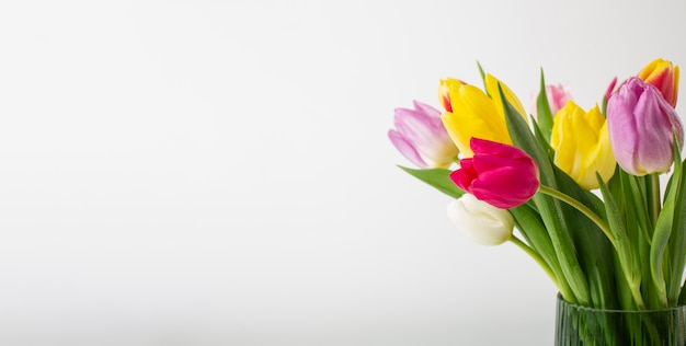 チューリップの花瓶のクローズアップ