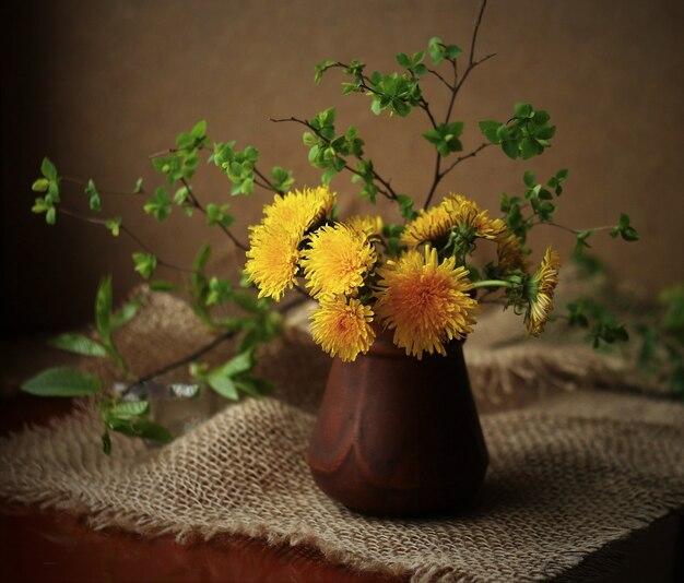 노란 꽃과 꽃병