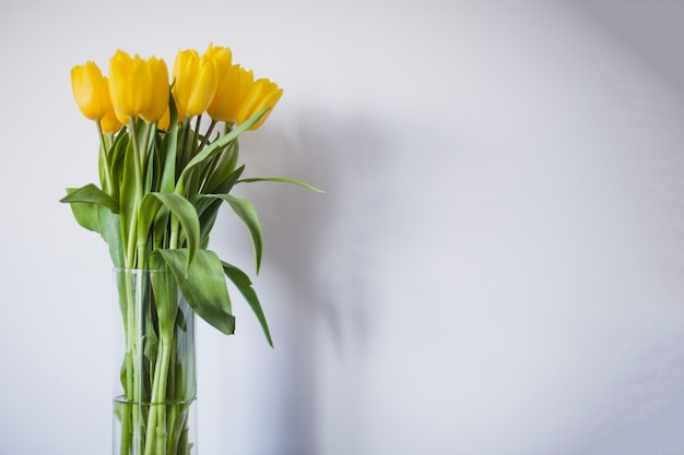 Ваза с желтыми тюльпанами