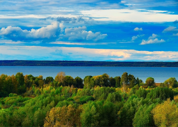 Обширная река в окружении лесов пейзажный фон