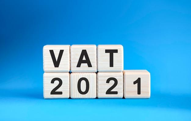 青い背景の木製の立方体の付加価値税2021年。