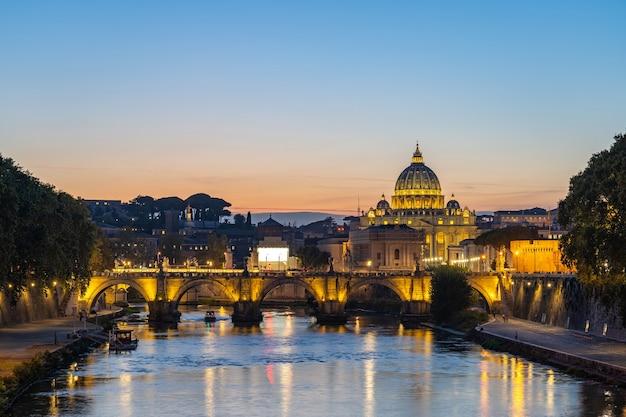 イタリア、ローマのテヴェレ川の景色を望むバチカン市国のスカイライン。