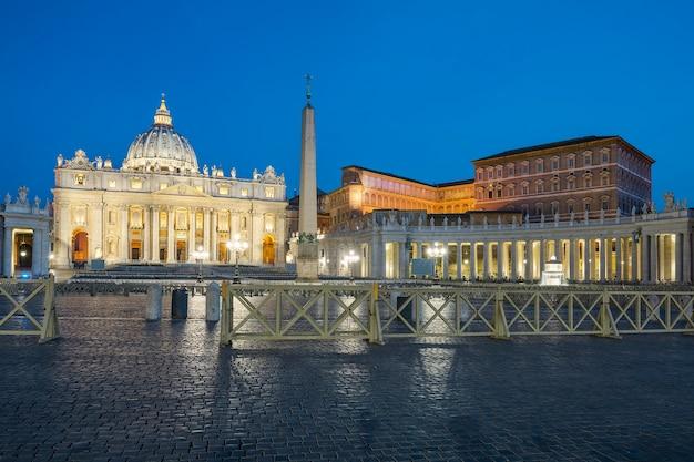 バチカン、ローマ、夜のサンピエトロ大聖堂