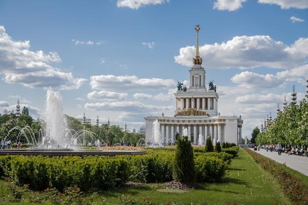 Vdnh 분수와 꽃 러시아 모스크바를 배경으로 한 중앙 파빌리온