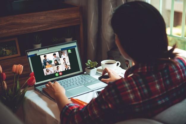 Молодая азиатская деловая женщина встреча с многонациональными деловыми людьми и vdo conference live streaming в работе из дома концепции