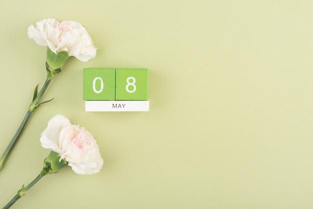 День победы, 76-я годовщина 8 мая, поздравление с двумя белыми гвоздиками