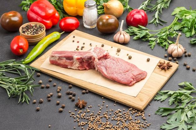 Мясо телятины с костью на разделочной доске