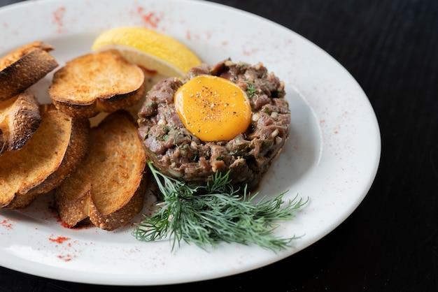 子牛肉または牛肉のタルタル料理、ローズマリーとタフな生のレストランでの生のひき肉