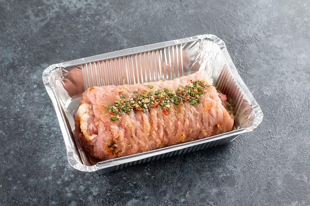 돌 테이블에 다진 쇠고기 고기와 허브로 가득한 송아지 고기 롤
