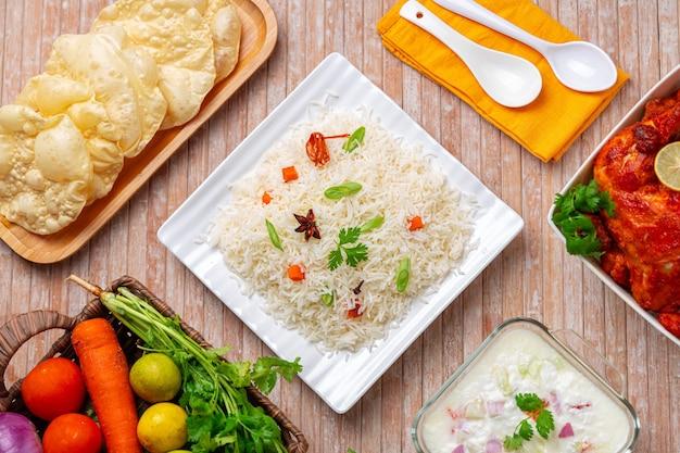 바스마티 쌀 야채와 인도 향신료를 사용하여 만든 veg pulav 또는 pulao