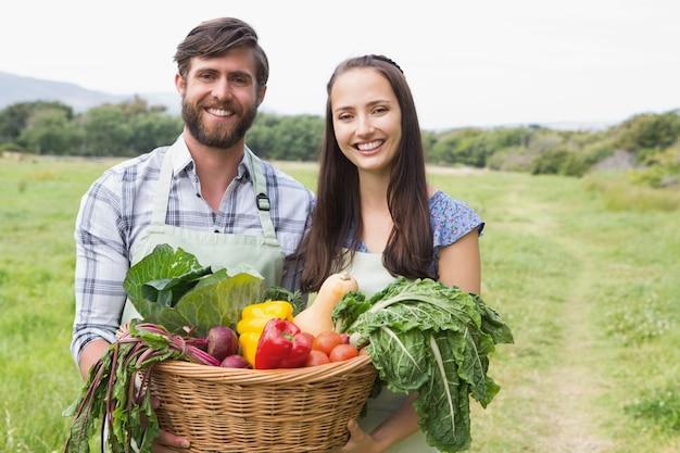 Счастливая пара с коробкой veg