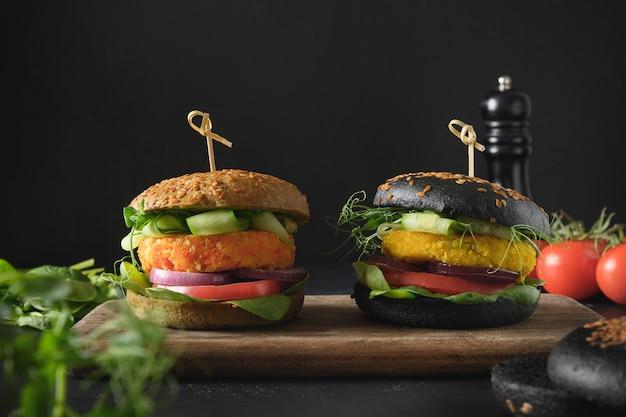 植物ベースの肉としての野菜キャベツとニンジンミートボールのビーガンブラックバーガー