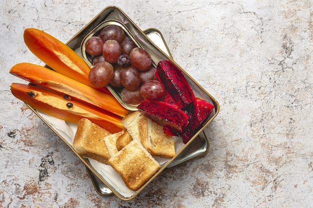 Веганские коробочные продукты на вынос сверху. концепция здорового питания. плоская планировка