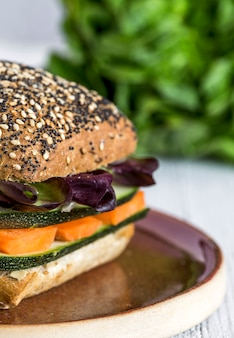 Веганский гамбургер со свежими овощами