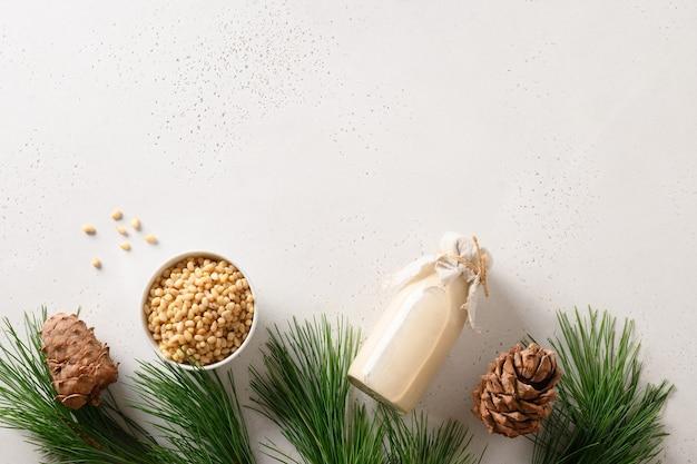 흰색 배경에 있는 병에 든 비건 삼나무 너트 우유 위의 사본에서 유제품이 아닌 대체 우유 보기