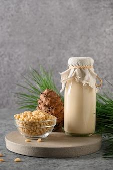 灰色の背景にビーガン杉ナッツミルク非乳製品代替ミルク