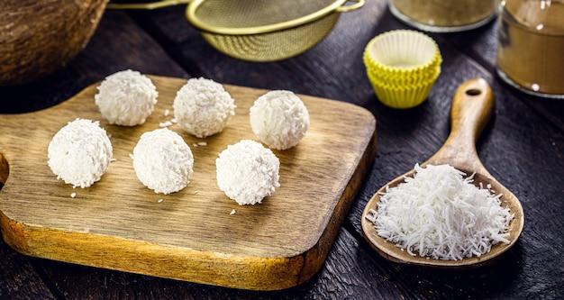 ココナッツミルクを使用し、砂糖を含まないビーガンココナッツキャンディー、ヘルシーな自家製スイーツ