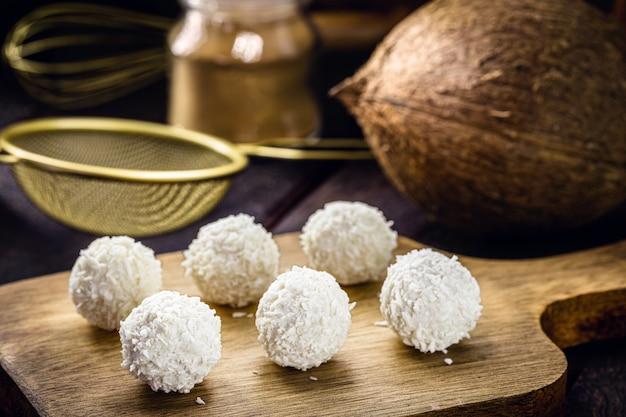 ビーガンココナッツキャンディー、ココナッツミルクで砂糖なしで作られた甘い、健康的なデザート