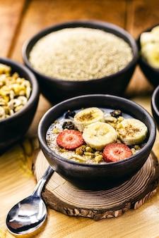 퀴 노아, 바나나, 딸기, 견과류, 계피의 비건 디저트. 채식 아침 식사