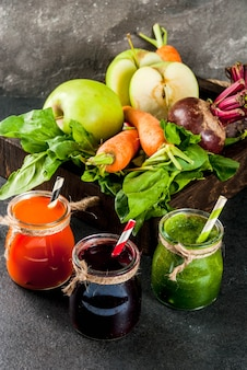 ビーガンダイエット食品。デトックスドリンク。野菜から絞りたてのジュースとスムージー:ビート、ニンジン、ほうれん草、キュウリ、リンゴ。