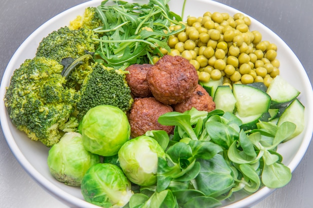 콩 미트볼과 녹색 채소를 사용한 비건 요리
