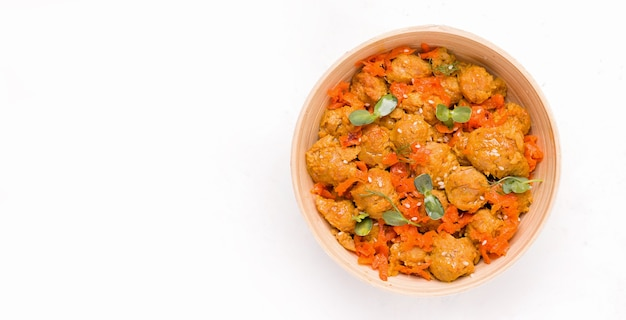 Концепция веганской еды. соевое мясо с овощами на белой тарелке. скопируйте пространство. баннер