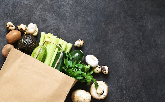 채식주의 자 음식 쇼핑 또는 배달 개념, 종이 봉지에 신선한 녹색 농산물.