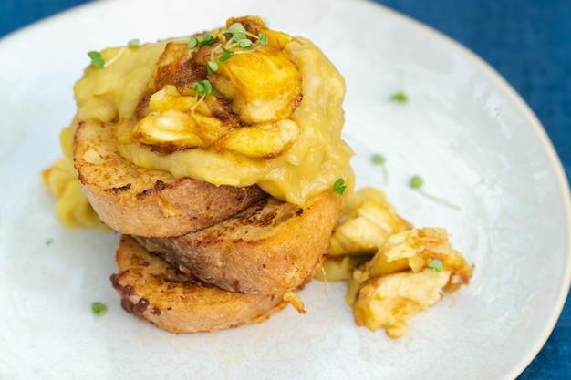 땅콩 버터, 시럽, 바나나를 곁들인 채식주의 프렌치 토스트.