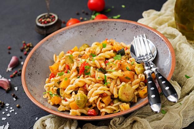 Овощная паста vegan fusilli с тыквой, брюссельской капустой, паприкой и морковью
