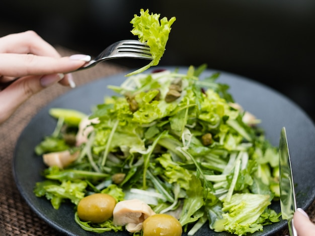Микс веганский зеленый салат. здоровое питание, образ жизни. органическое питание для фитнеса