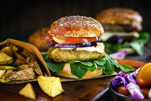 ビーガンハンバーガー、ベジタリアンサンドイッチとポテト
