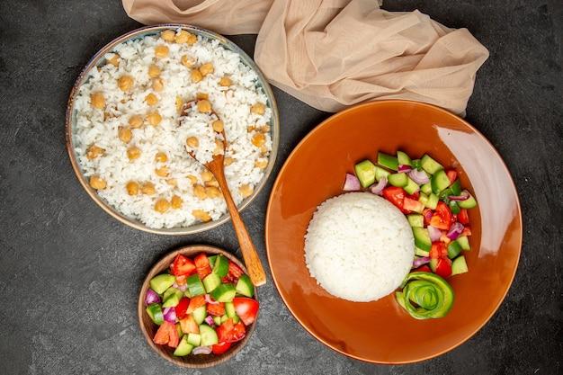 야채를 곁들인 비건 건강식 쌀 요리